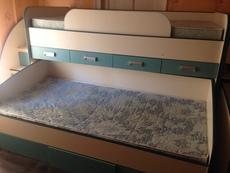 Двухъярусная кровать с комодами.