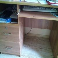 Стол офисный компьютерный с выдвижными ящиками.